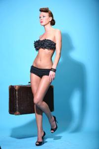 Снимки с красивой моделью, которая позирует в сексуальном белье - фото #23