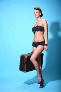 Снимки с красивой моделью, которая позирует в сексуальном белье - фото #24
