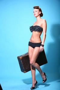Снимки с красивой моделью, которая позирует в сексуальном белье - фото #25