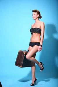 Снимки с красивой моделью, которая позирует в сексуальном белье - фото #26