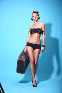 Снимки с красивой моделью, которая позирует в сексуальном белье - фото #28