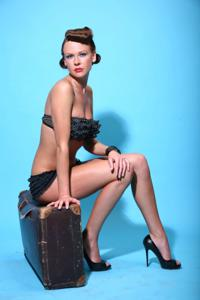 Снимки с красивой моделью, которая позирует в сексуальном белье - фото #30