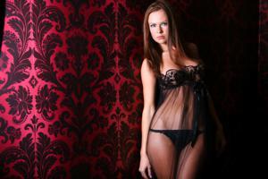 Снимки с красивой моделью, которая позирует в сексуальном белье - фото #35
