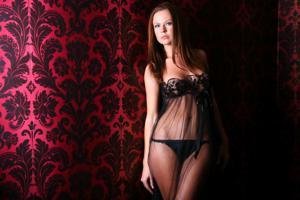 Снимки с красивой моделью, которая позирует в сексуальном белье - фото #36