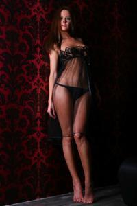 Снимки с красивой моделью, которая позирует в сексуальном белье - фото #38