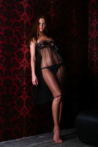 Снимки с красивой моделью, которая позирует в сексуальном белье - фото #39