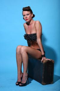 Снимки с красивой моделью, которая позирует в сексуальном белье - фото #4