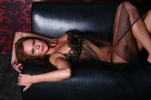 Снимки с красивой моделью, которая позирует в сексуальном белье - фото #40