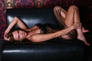 Снимки с красивой моделью, которая позирует в сексуальном белье - фото #41