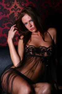 Снимки с красивой моделью, которая позирует в сексуальном белье - фото #42