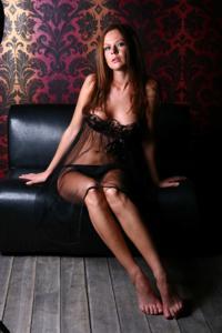 Снимки с красивой моделью, которая позирует в сексуальном белье - фото #44
