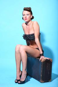 Снимки с красивой моделью, которая позирует в сексуальном белье - фото #5