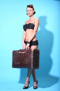 Снимки с красивой моделью, которая позирует в сексуальном белье - фото #6