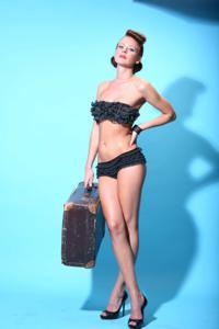 Снимки с красивой моделью, которая позирует в сексуальном белье - фото #7