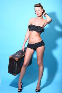 Снимки с красивой моделью, которая позирует в сексуальном белье - фото #8