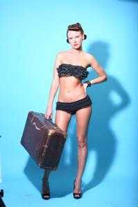 Снимки с красивой моделью, которая позирует в сексуальном белье - фото #9