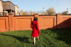 Фотографии с привлекательной брюнеткой, которая позирует дома - фото #49