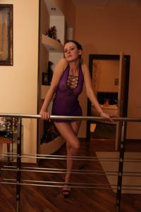 Фотографии с привлекательной брюнеткой, которая позирует дома - фото #59