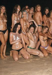 Фото с привлекательными девушками, раздевающимися на пляже - фото #11