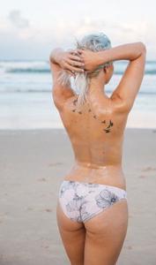 Фото с привлекательными девушками, раздевающимися на пляже - фото #2