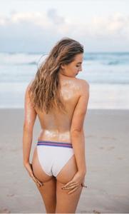 Фото с привлекательными девушками, раздевающимися на пляже - фото #5
