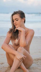 Фото с привлекательными девушками, раздевающимися на пляже - фото #6