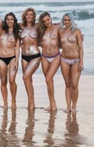 Фото с привлекательными девушками, раздевающимися на пляже - фото #7