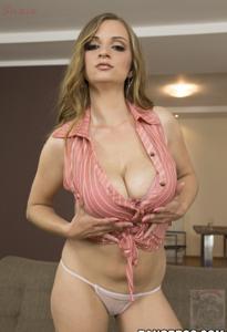 Горячая женщина показывает на снимках большие сиськи и мастурбирует - фото #10
