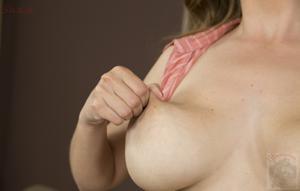 Горячая женщина показывает на снимках большие сиськи и мастурбирует - фото #115