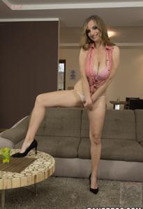 Горячая женщина показывает на снимках большие сиськи и мастурбирует - фото #33
