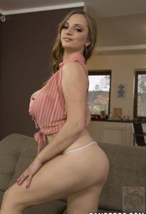 Горячая женщина показывает на снимках большие сиськи и мастурбирует - фото #61