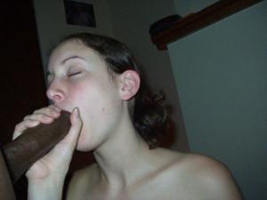 Белая девушка стоя на коленях отсасывает толстый пенис негра - фото #19