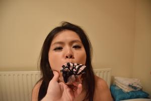 Миниатюрные азиатки на снимках раздеваются и трахаются - фото #10