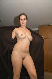 Снимки со зрелой дамой, показывающей голое тело в студии и дома - фото #1
