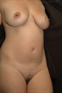 Снимки со зрелой дамой, показывающей голое тело в студии и дома - фото #2