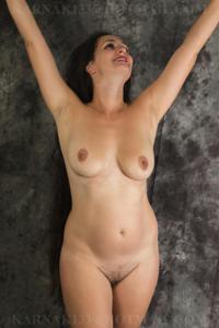 Снимки со зрелой дамой, показывающей голое тело в студии и дома - фото #21