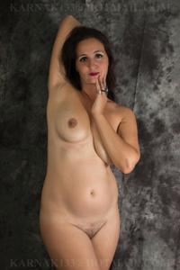 Снимки со зрелой дамой, показывающей голое тело в студии и дома - фото #22