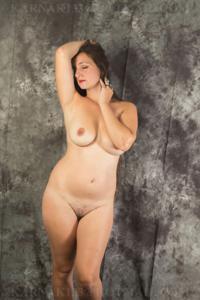Снимки со зрелой дамой, показывающей голое тело в студии и дома - фото #23