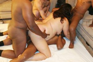 Фото с грудастой милфой, занимающейся сексом с несколькими неграми - фото #10