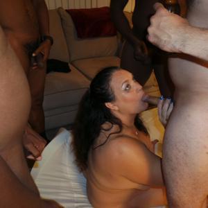 Фото с грудастой милфой, занимающейся сексом с несколькими неграми - фото #116