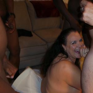 Фото с грудастой милфой, занимающейся сексом с несколькими неграми - фото #84