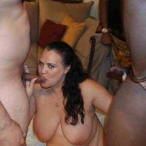 Фото с грудастой милфой, занимающейся сексом с несколькими неграми - фото #9