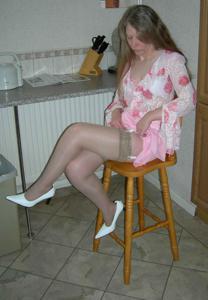 Зрелая женщина в чулках показывает дома сиськи и задницу - фото #12