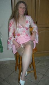 Зрелая женщина в чулках показывает дома сиськи и задницу - фото #13