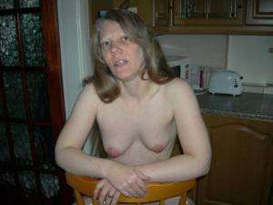 Зрелая женщина в чулках показывает дома сиськи и задницу - фото #33