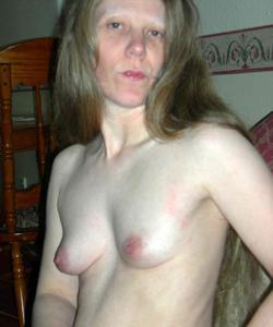 Зрелая женщина в чулках показывает дома сиськи и задницу - фото #34