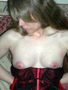 Зрелая женщина в чулках показывает дома сиськи и задницу - фото #5