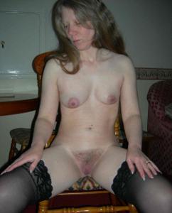 Зрелая женщина в чулках показывает дома сиськи и задницу - фото #6