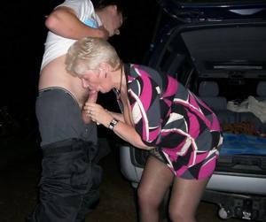 Снимки с женщинами, которые трахаются в машине и возле машины - фото #1