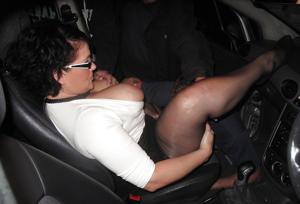 Снимки с женщинами, которые трахаются в машине и возле машины - фото #39
